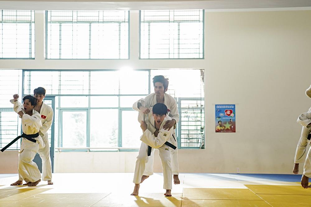 Quá nhập vai vận động viên Judo, Isaac khiến đoàn phim khiếp sợ vì gặp ai cũng muốn vật-3