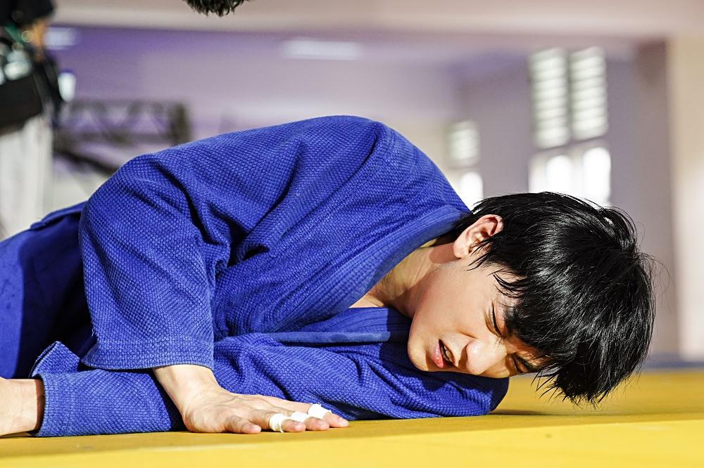 Quá nhập vai vận động viên Judo, Isaac khiến đoàn phim khiếp sợ vì gặp ai cũng muốn vật-4