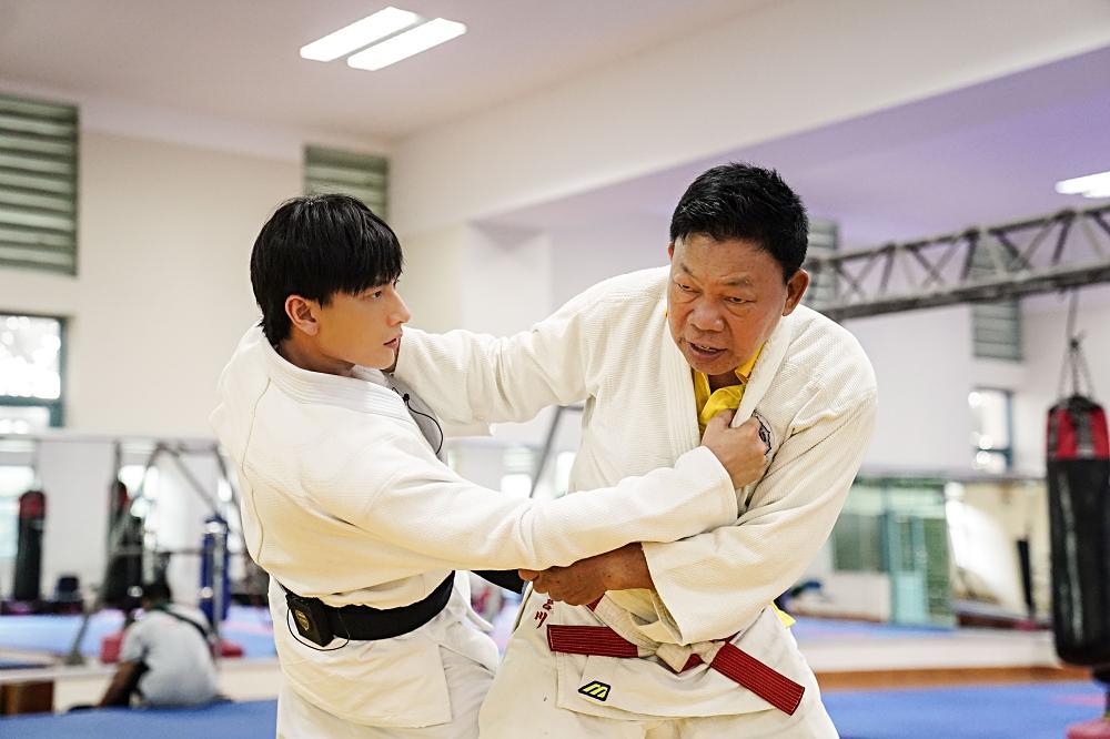 Quá nhập vai vận động viên Judo, Isaac khiến đoàn phim khiếp sợ vì gặp ai cũng muốn vật-2