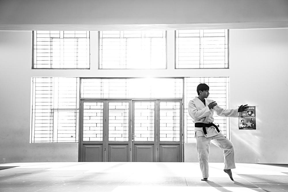 Quá nhập vai vận động viên Judo, Isaac khiến đoàn phim khiếp sợ vì gặp ai cũng muốn vật-6