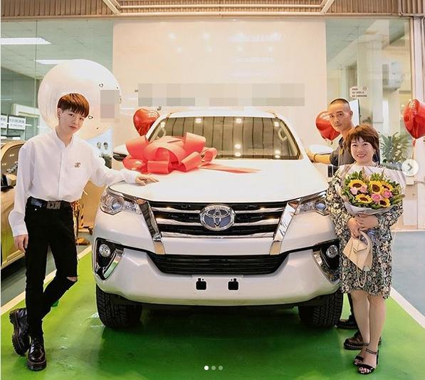 VZN News: Đức Phúc bóp mồm bóp miệng mua xe cho bố, fans cầu xin: Đừng giảm cân nữa anh ơi-1