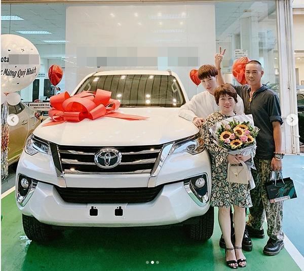 VZN News: Đức Phúc bóp mồm bóp miệng mua xe cho bố, fans cầu xin: Đừng giảm cân nữa anh ơi-2