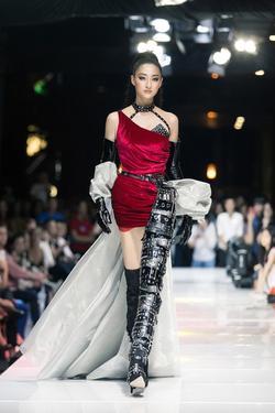 Sau đăng quang chưa lâu, hoa hậu Lương Thùy Linh đã nâng hạng kỹ năng catwalk lên đỉnh cao mới