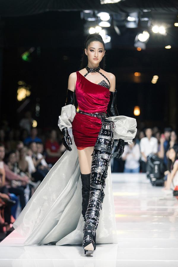 Sau đăng quang chưa lâu, hoa hậu Lương Thùy Linh đã nâng hạng kỹ năng catwalk lên đỉnh cao mới-1