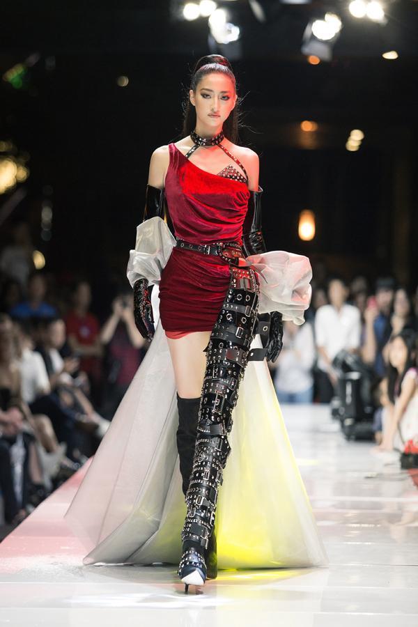 Sau đăng quang chưa lâu, hoa hậu Lương Thùy Linh đã nâng hạng kỹ năng catwalk lên đỉnh cao mới-2