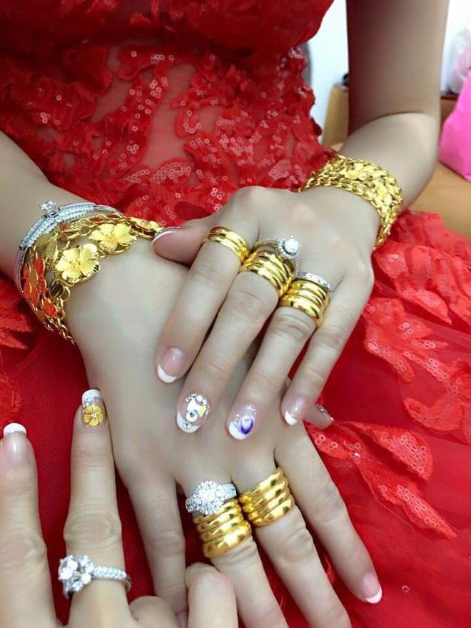 VZN News: Nhiều người lóa mắt nhìn cô dâu miền Tây phủ vàng từ đầu đến chân trong ngày vu quy-4