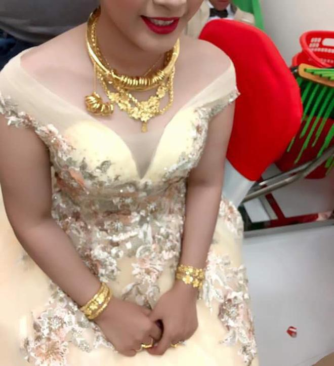 Nhiều người lóa mắt nhìn cô dâu miền Tây phủ vàng từ đầu đến chân trong ngày vu quy-3
