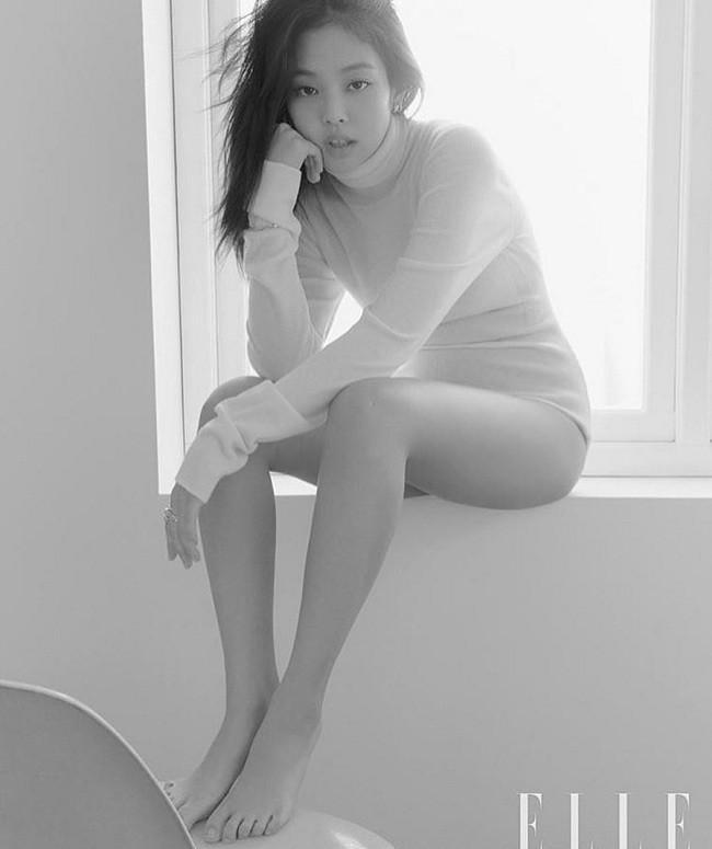 Jennie Black Pink mong manh đượm buồn trong cây Chanel trên tạp chí danh tiếng-3