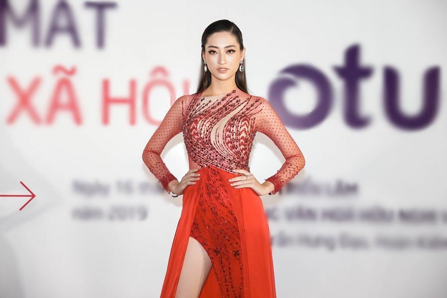 Ai chọc giận gì mà Miss World Vietnam 2019 Lương Thùy Linh mang bộ mặt như đâm lê lên thảm đỏ thế kia?-4