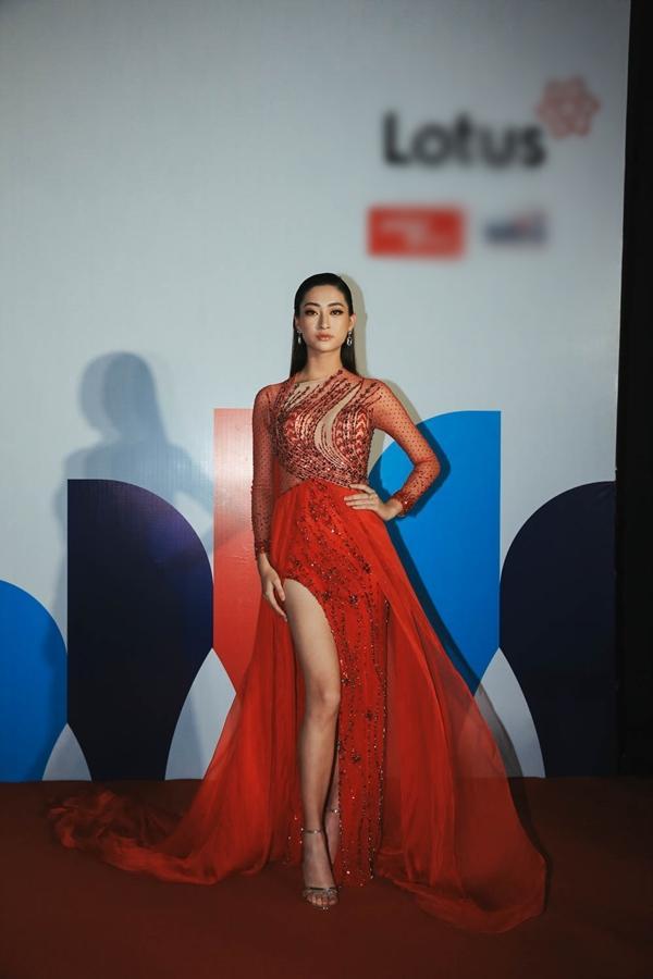 Ai chọc giận gì mà Miss World Vietnam 2019 Lương Thùy Linh mang bộ mặt như đâm lê lên thảm đỏ thế kia?-3