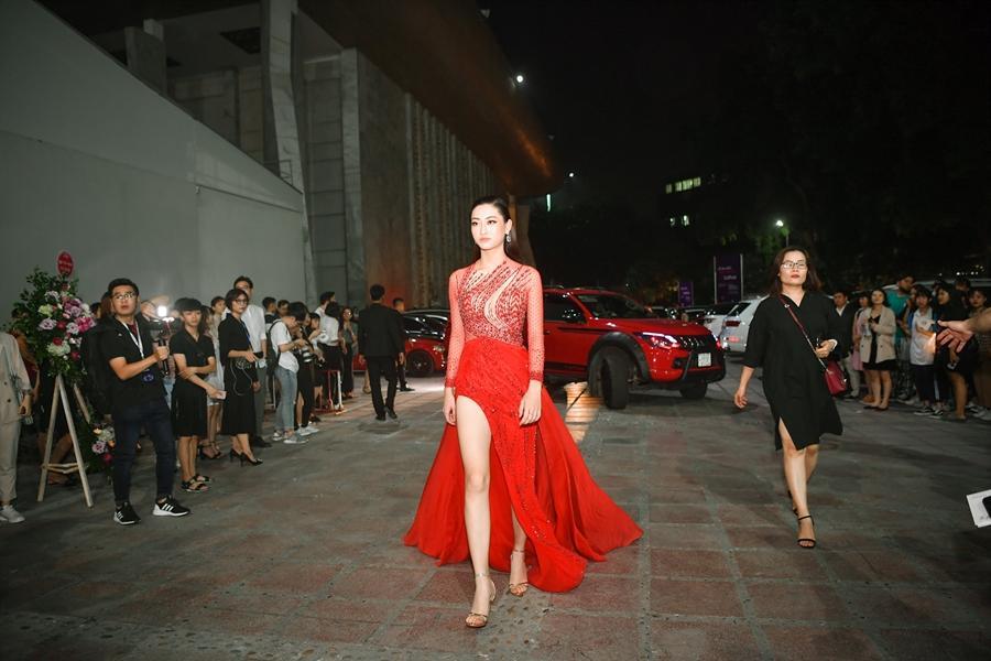 Ai chọc giận gì mà Miss World Vietnam 2019 Lương Thùy Linh mang bộ mặt như đâm lê lên thảm đỏ thế kia?-1