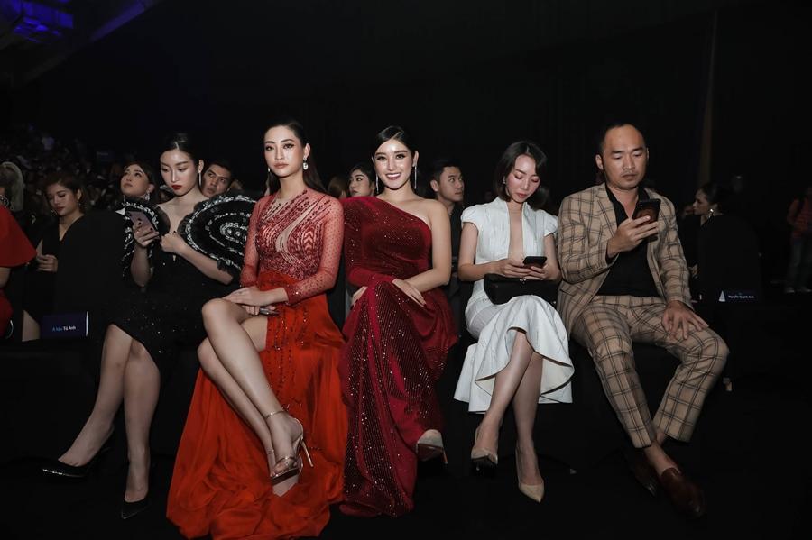 Ai chọc giận gì mà Miss World Vietnam 2019 Lương Thùy Linh mang bộ mặt như đâm lê lên thảm đỏ thế kia?-7