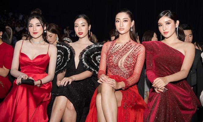 Ai chọc giận gì mà Miss World Vietnam 2019 Lương Thùy Linh mang bộ mặt như đâm lê lên thảm đỏ thế kia?-6