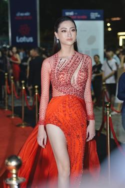 Ai chọc giận gì mà Miss World Vietnam 2019 Lương Thùy Linh mang bộ mặt như đâm lê lên thảm đỏ thế kia?