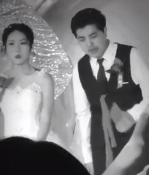 Xôn xao clip người yêu cũ lên sân khấu ôm hôn chú rể nhưng phản ứng của cô dâu mới khó hiểu-3