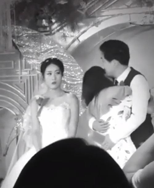 Xôn xao clip người yêu cũ lên sân khấu ôm hôn chú rể nhưng phản ứng của cô dâu mới khó hiểu-1