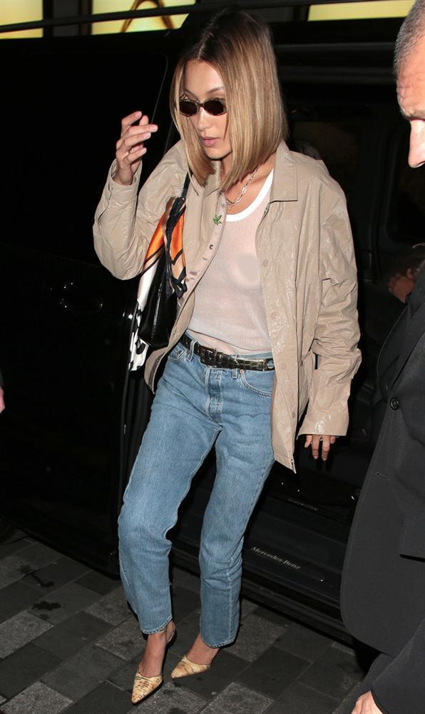 Bella Hadid mặc áo lưới lộ toàn bộ ngực, ủng hộ trào lưu thả rông-1