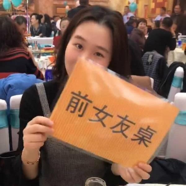 VZN News: Chú rể chơi lớn, đặt riêng bàn cho hội người yêu cũ đến dự còn ghi cả biển chữ-2