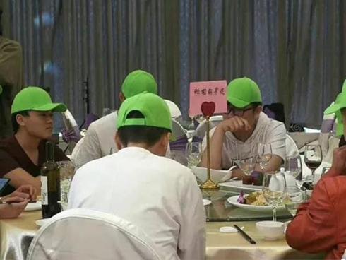VZN News: Chú rể chơi lớn, đặt riêng bàn cho hội người yêu cũ đến dự còn ghi cả biển chữ-5