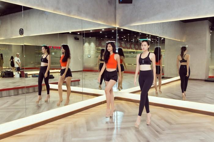 Á hậu Kiều Loan, Tường San khoe hình thể nóng bỏng, sải bước kiêu kỳ khi luyện tập catwalk-2