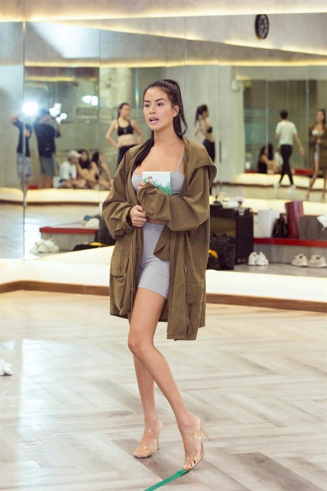 Á hậu Kiều Loan, Tường San khoe hình thể nóng bỏng, sải bước kiêu kỳ khi luyện tập catwalk-6