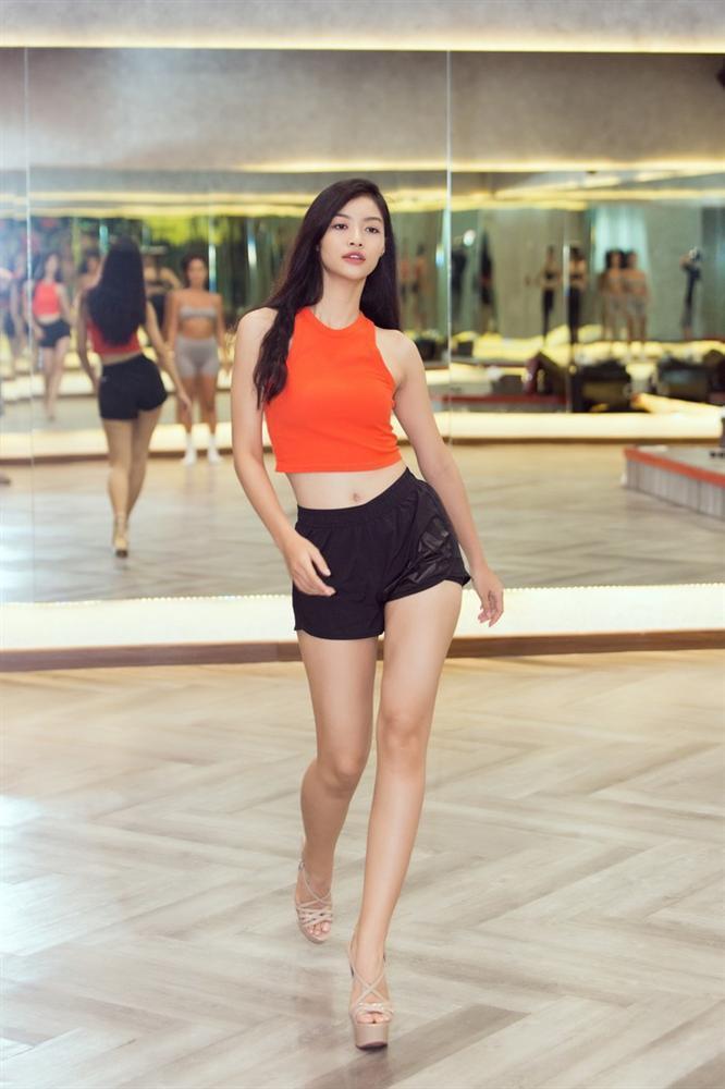 Á hậu Kiều Loan, Tường San khoe hình thể nóng bỏng, sải bước kiêu kỳ khi luyện tập catwalk-7