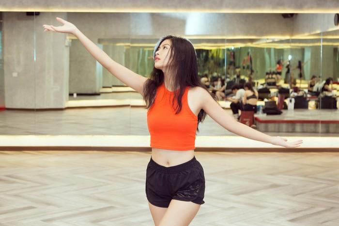 Á hậu Kiều Loan, Tường San khoe hình thể nóng bỏng, sải bước kiêu kỳ khi luyện tập catwalk-9