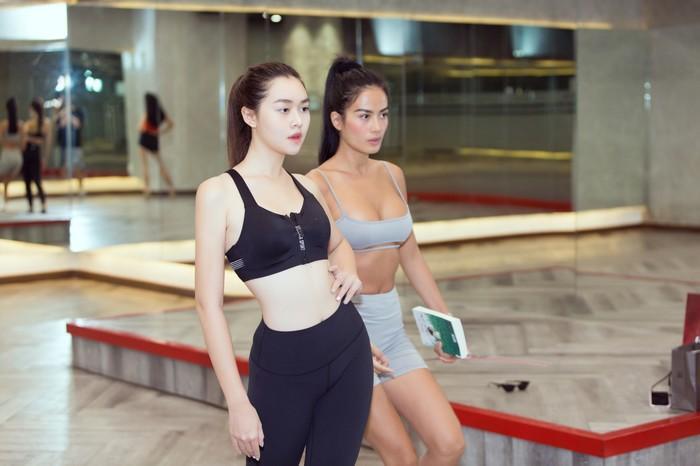 Á hậu Kiều Loan, Tường San khoe hình thể nóng bỏng, sải bước kiêu kỳ khi luyện tập catwalk-12