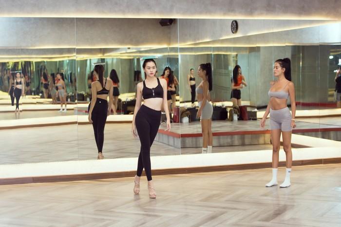 Á hậu Kiều Loan, Tường San khoe hình thể nóng bỏng, sải bước kiêu kỳ khi luyện tập catwalk-13