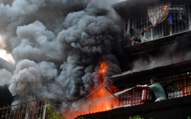 VZN News: Cháy tại khu tập thể Kim Liên, người dân khóc ngất vì ngọn lửa bốc lên cao vút-4
