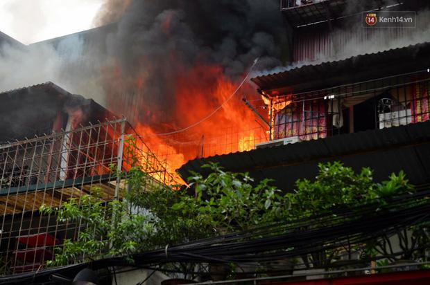 VZN News: Cháy tại khu tập thể Kim Liên, người dân khóc ngất vì ngọn lửa bốc lên cao vút-1