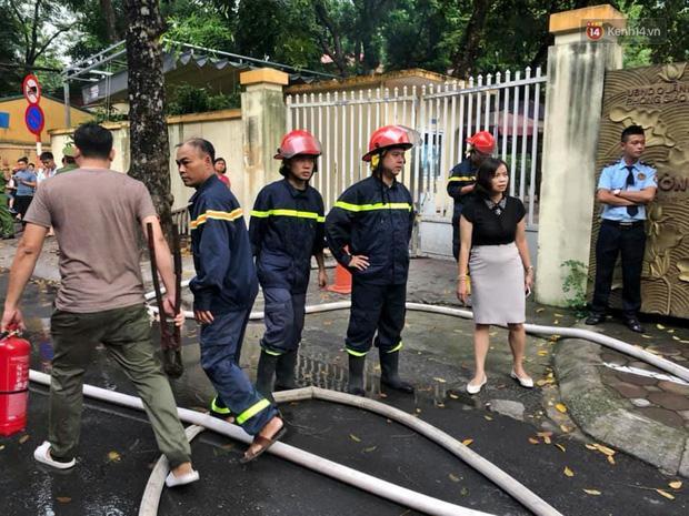 VZN News: Cháy tại khu tập thể Kim Liên, người dân khóc ngất vì ngọn lửa bốc lên cao vút-7