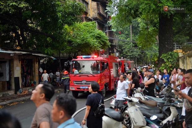 VZN News: Cháy tại khu tập thể Kim Liên, người dân khóc ngất vì ngọn lửa bốc lên cao vút-6