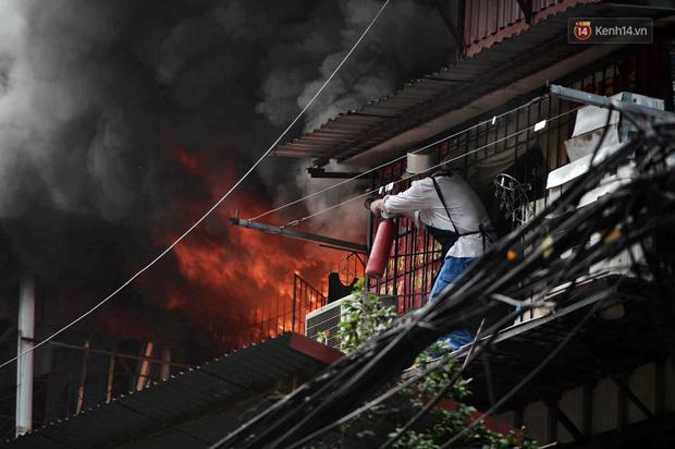 VZN News: Cháy tại khu tập thể Kim Liên, người dân khóc ngất vì ngọn lửa bốc lên cao vút-3