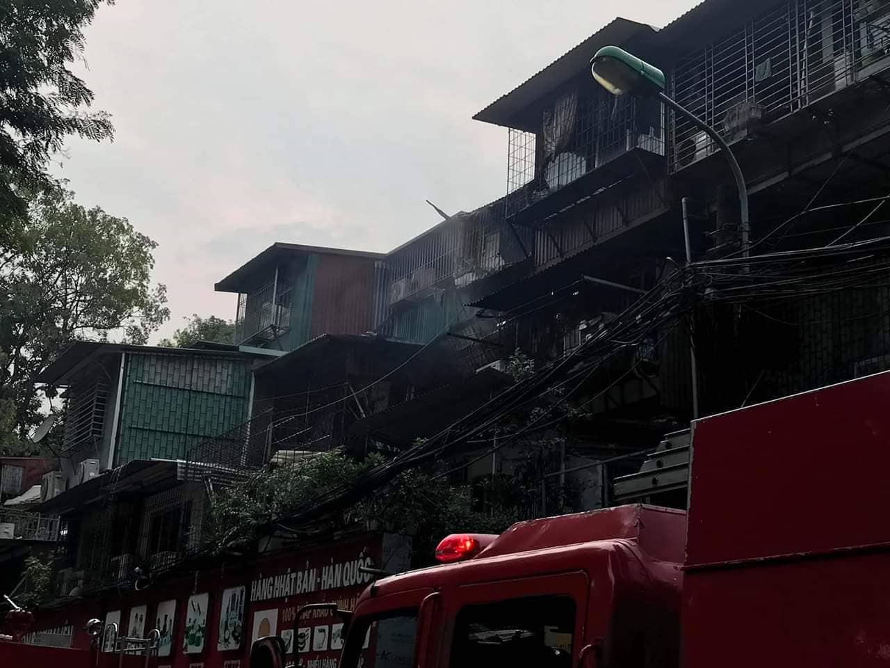 VZN News: Cháy tại khu tập thể Kim Liên, người dân khóc ngất vì ngọn lửa bốc lên cao vút-9