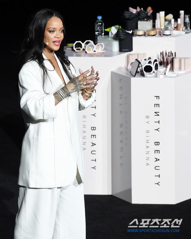 VZN News: Rihanna xin lỗi vì đến sự kiện ở Hàn Quốc muộn hơn 2 giờ đồng hồ-1