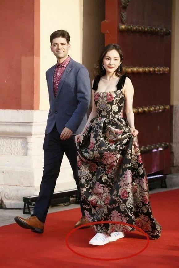 Không phải ai cũng dám ăn mặc phá cách như Dương Mịch: Trên diện váy thướt tha là vậy, dưới lại đi giày thể thao-4