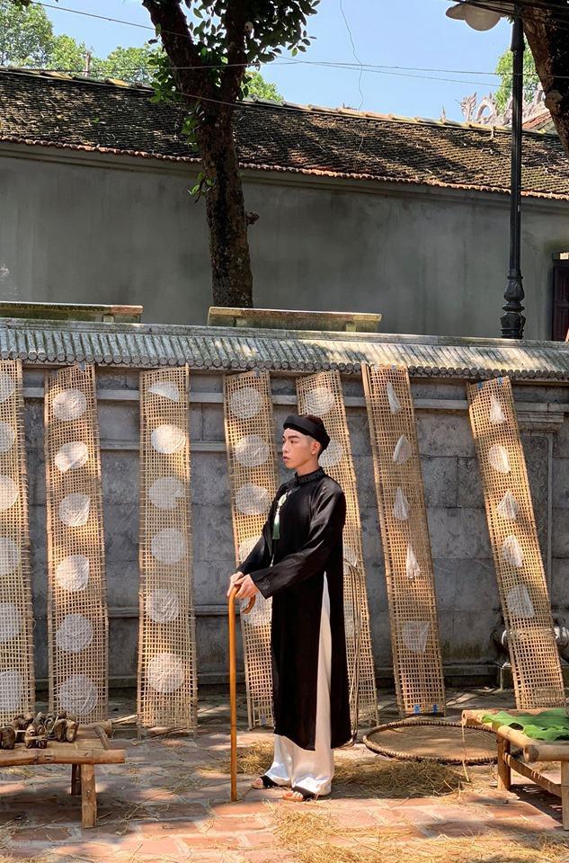 Lộ ảnh Đức Phúc hóa ông giáo đứng cạnh cây chuối trong MV mới-1