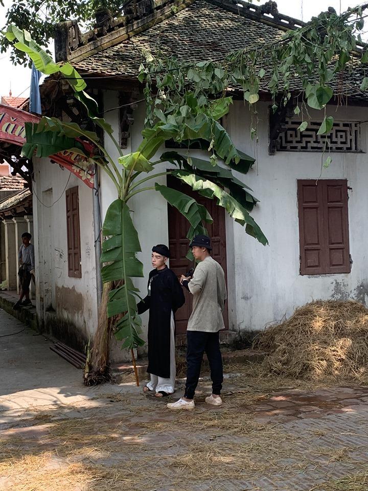 Lộ ảnh Đức Phúc hóa ông giáo đứng cạnh cây chuối trong MV mới-2