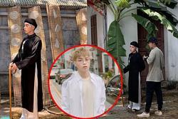 Lộ ảnh Đức Phúc hóa ông giáo đứng cạnh cây chuối trong MV mới