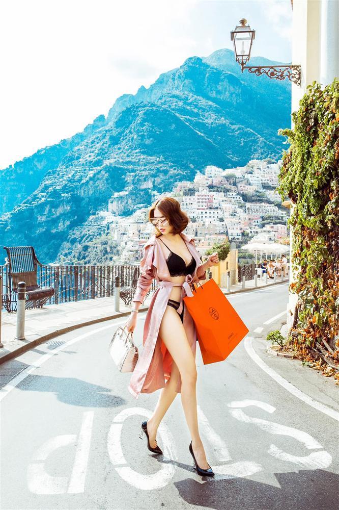 Đẳng cấp khoe thân kiểu mới của Ngọc Trinh: Mặc nội y đi shopping tiền tỷ giữa phố Tây-1