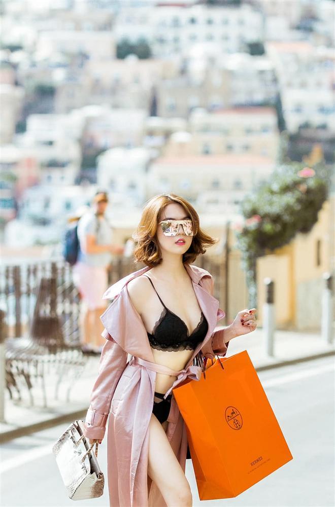 Đẳng cấp khoe thân kiểu mới của Ngọc Trinh: Mặc nội y đi shopping tiền tỷ giữa phố Tây-4
