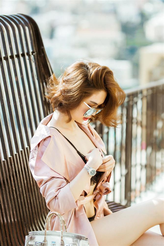 Đẳng cấp khoe thân kiểu mới của Ngọc Trinh: Mặc nội y đi shopping tiền tỷ giữa phố Tây-5