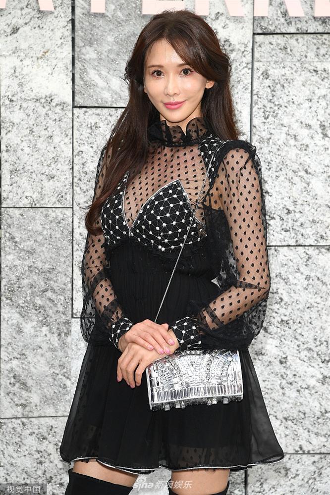 VZN News: Biểu tượng sắc đẹp Đài Loan Lâm Chí Linh gợi cảm với đầm xuyên thấu nhưng mặt lại đơ cứng như mới can thiệp thẩm mỹ-3