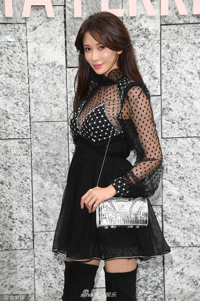 VZN News: Biểu tượng sắc đẹp Đài Loan Lâm Chí Linh gợi cảm với đầm xuyên thấu nhưng mặt lại đơ cứng như mới can thiệp thẩm mỹ-4