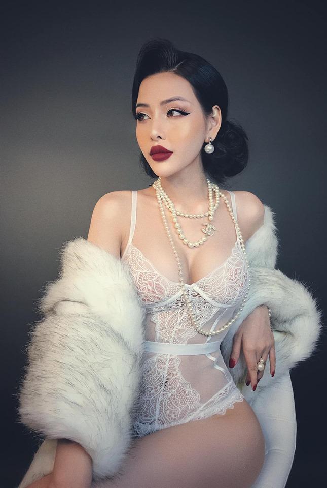 Người mẫu đình đám mạng xã hội gây phẫn nộ vì bán khỏa thân, cầm nón che ngực giữa phố cổ Hội An-6