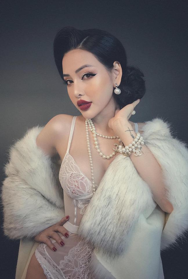 Người mẫu đình đám mạng xã hội gây phẫn nộ vì bán khỏa thân, cầm nón che ngực giữa phố cổ Hội An-7