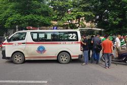 Hà Nội: Xe máy chạy với tốc độ cao đâm vào nữ sinh qua đường, nạn nhân văng xa 2m