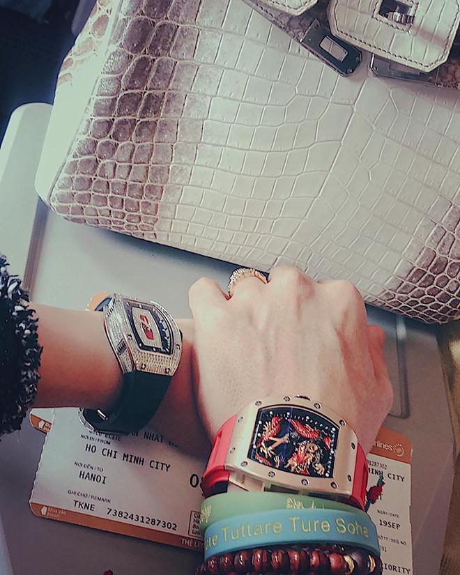 Vợ chồng Minh Nhựa khoe ảnh dùng túi Hermès cá sấu, đồng hồ 23 tỷ đồng-3