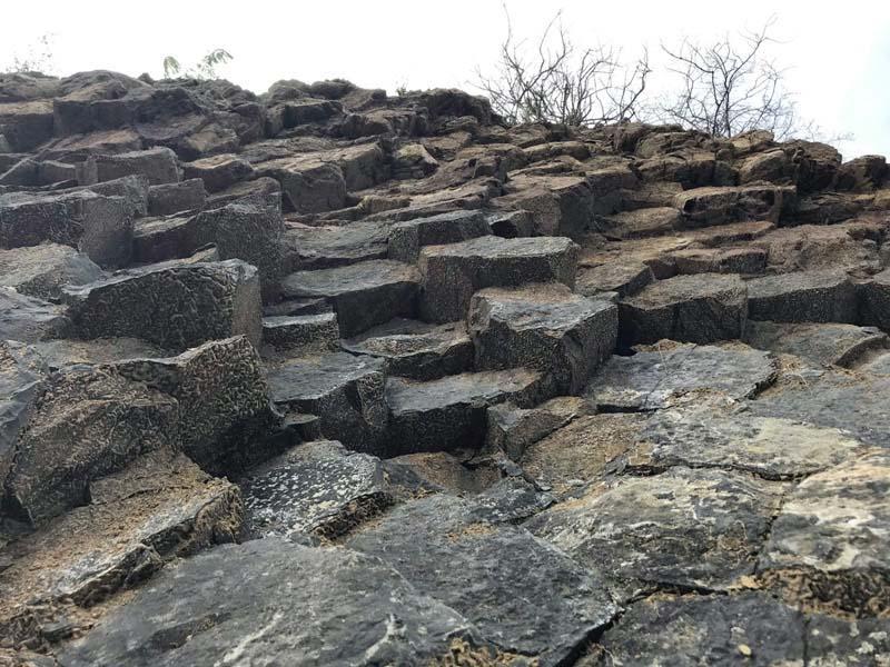 Phát lộ vỉa đá khổng lồ, đẹp tựa thắng cảnh Gành Đá Đĩa-1